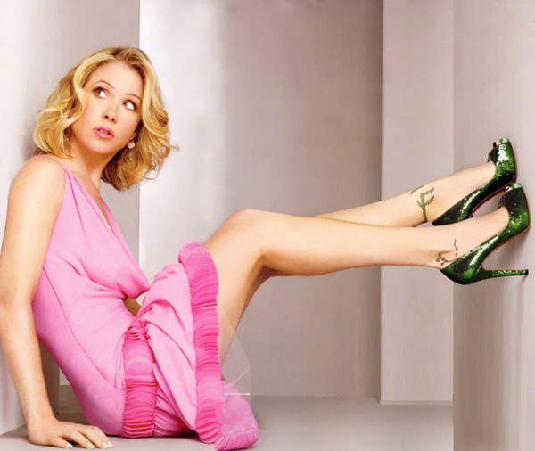 81215-Christina-Applegate-pink-minis-LbG8