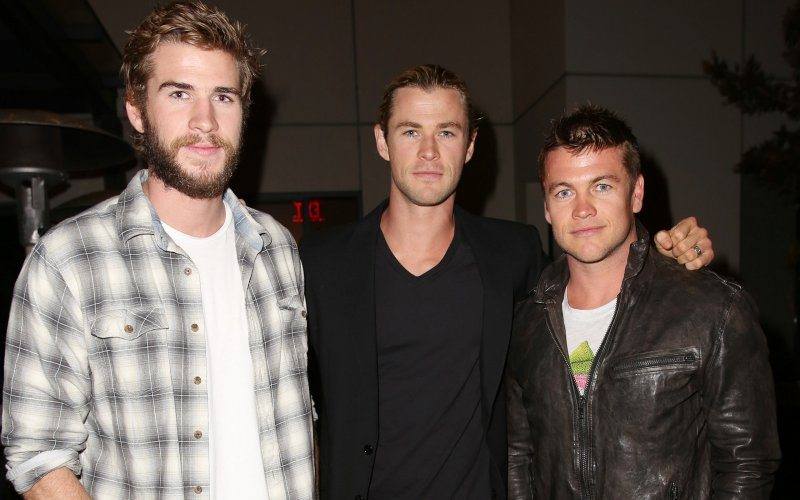 Chris Hemsworth and his stunning body with his siblings