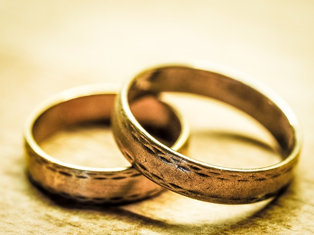 Wedding band price estimation article